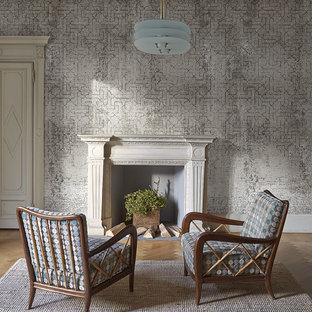 Immagine di un piccolo soggiorno boho chic con parquet chiaro, camino classico e cornice del camino in pietra