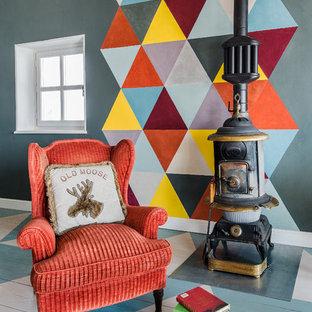 Foto de sala de estar cerrada, ecléctica, grande, con paredes multicolor, suelo de madera pintada, estufa de leña y suelo multicolor
