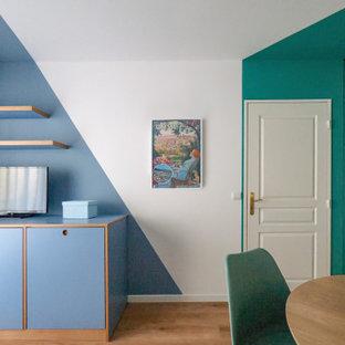 Ispirazione per un piccolo soggiorno design aperto con angolo bar, pareti multicolore, pavimento in linoleum e parete attrezzata