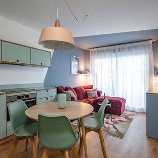 Kleines, Offenes Modernes Wohnzimmer mit Hausbar, blauer Wandfarbe, Linoleum und freistehendem TV in Nizza