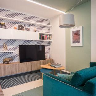 Inredning av ett modernt mellanstort allrum med öppen planlösning, med ett bibliotek, gröna väggar, linoleumgolv, en inbyggd mediavägg och grått golv