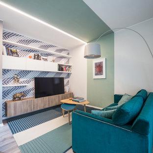 Modelo de salón abierto, contemporáneo, de tamaño medio, con paredes verdes, suelo de linóleo, suelo gris y televisor independiente