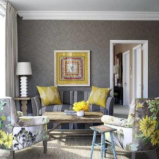 Idee per un piccolo soggiorno classico chiuso con moquette, pavimento grigio e pareti grigie