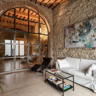 Ispirazione per un grande soggiorno industriale con pareti grigie, parquet chiaro e pavimento beige