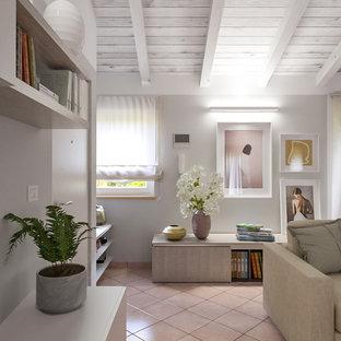 Bild på ett mellanstort funkis allrum med öppen planlösning, med grå väggar, klinkergolv i terrakotta, en inbyggd mediavägg och rosa golv