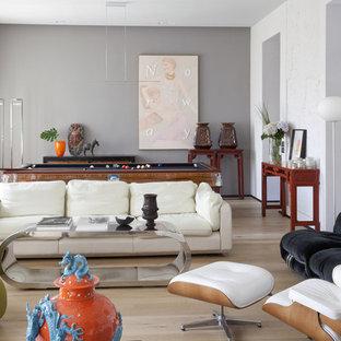 Foto di un soggiorno boho chic con sala giochi, pareti grigie, parquet chiaro e pavimento beige