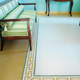 Diseño de sala de estar cerrada, tradicional, pequeña, con paredes azules y suelo de mármol
