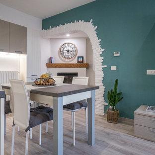 Esempio di un piccolo soggiorno contemporaneo aperto con pareti verdi, pavimento in linoleum, camino ad angolo, cornice del camino in intonaco e parete attrezzata