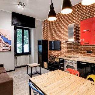 Ejemplo de sala de estar tipo loft, industrial, pequeña, con paredes grises y suelo de baldosas de porcelana
