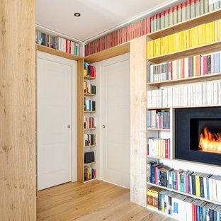 Ingresso con libreria e camino a vista