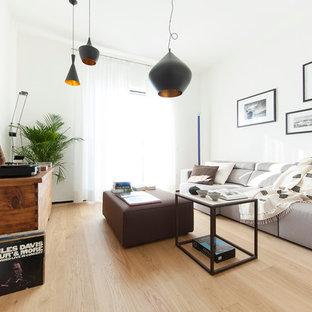 Bild på ett funkis vardagsrum, med vita väggar och ljust trägolv