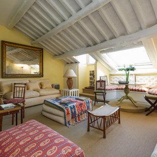 Esempio di un soggiorno bohémian di medie dimensioni e chiuso con pareti gialle e moquette
