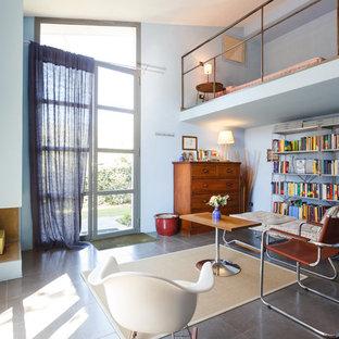 Idee per un soggiorno boho chic di medie dimensioni e chiuso con camino ad angolo e cornice del camino in intonaco