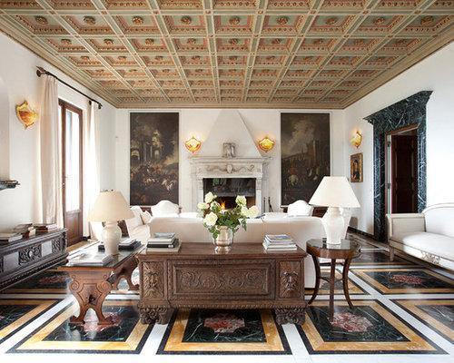 ... con sala formale, camino classico e struttura del camino in pietra
