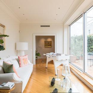 Idee per un soggiorno tradizionale con sala giochi, pareti beige, pavimento in legno massello medio e pavimento marrone