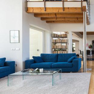 Idee per un grande soggiorno moderno aperto con pareti bianche e parquet chiaro