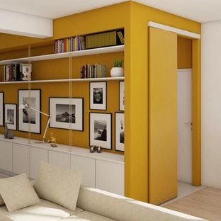 他の地域の中サイズのコンテンポラリースタイルのおしゃれなLDK (ライブラリー、黄色い壁、ラミネートの床、埋込式メディアウォール、ベージュの床) の写真