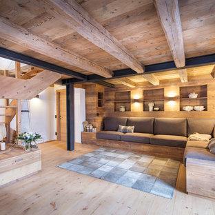 Immagine di un soggiorno rustico aperto e di medie dimensioni con pareti bianche, parquet chiaro e pavimento beige