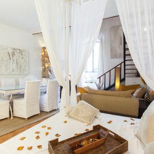 Ispirazione per un soggiorno mediterraneo di medie dimensioni e aperto con pareti bianche, nessuna TV, pavimento con piastrelle in ceramica e pavimento marrone