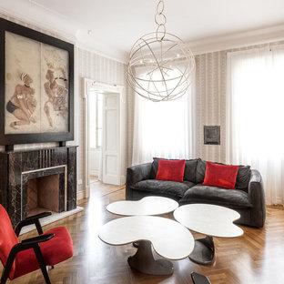 Immagine di un soggiorno eclettico con camino classico