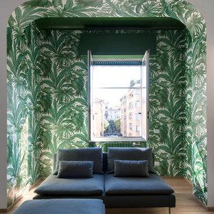 Immagine di un soggiorno design di medie dimensioni e aperto con parquet chiaro e pareti multicolore