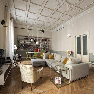Esempio di un grande soggiorno contemporaneo chiuso con pareti multicolore, pavimento in legno massello medio e TV autoportante