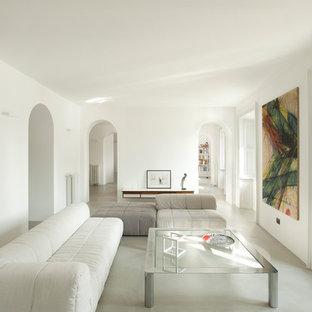 Immagine di un soggiorno moderno aperto con pareti bianche e pavimento grigio