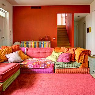 Ispirazione per un soggiorno eclettico di medie dimensioni e aperto con pareti rosse e nessun camino