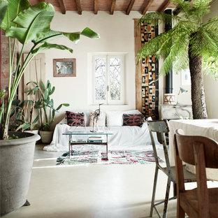 Diseño de salón abierto, de estilo de casa de campo, con suelo de cemento, paredes blancas, estufa de leña y suelo gris