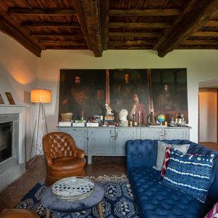 Esempio di un soggiorno eclettico con pareti bianche, pavimento in mattoni e camino classico