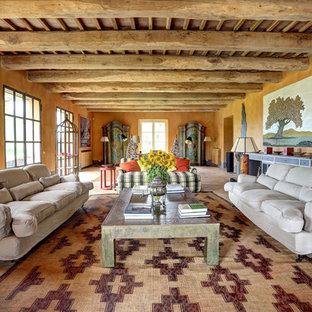 Diseño de salón mediterráneo con parades naranjas y suelo beige