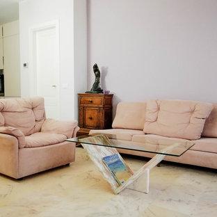 Imagen de salón abierto, costero, de tamaño medio, con paredes púrpuras, suelo de mármol y suelo rosa