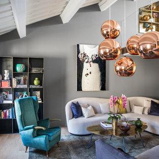 Idee per un soggiorno contemporaneo di medie dimensioni e aperto con pareti grigie, parquet chiaro, pavimento beige e libreria