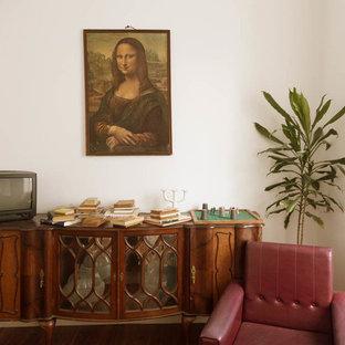Modelo de sala de estar cerrada, romántica, grande, con paredes blancas y pared multimedia