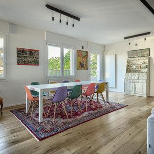 Idee per un grande soggiorno minimalista aperto con pareti bianche, parquet chiaro e TV a parete