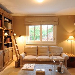 Foto de sala de estar con biblioteca de estilo de casa de campo, pequeña, con paredes beige, suelo de madera clara y suelo beige