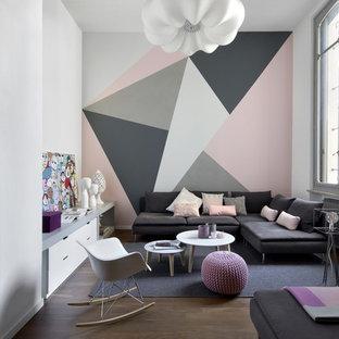 Mittelgroßes, Repräsentatives Modernes Wohnzimmer im Loft-Stil, ohne Kamin mit braunem Boden, bunten Wänden und dunklem Holzboden in Turin