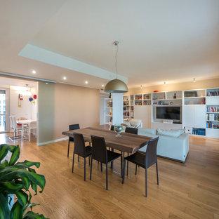 Foto di un grande soggiorno minimal aperto con libreria, parquet chiaro, parete attrezzata e pareti beige