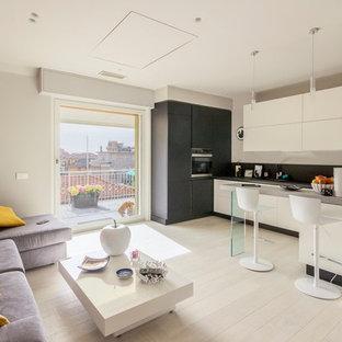 Immagine di un soggiorno minimal aperto con pareti bianche, parquet chiaro, nessun camino e pavimento beige