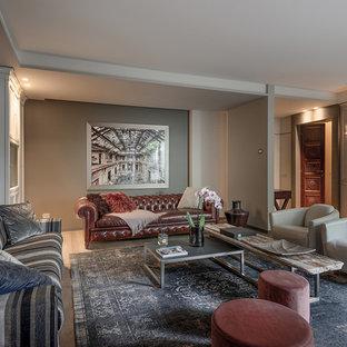 Idee per un soggiorno chic aperto con pareti grigie, pavimento in legno massello medio, parete attrezzata e pavimento marrone