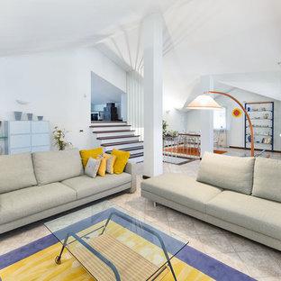 Esempio di un grande soggiorno mediterraneo aperto con pareti bianche e pavimento con piastrelle in ceramica