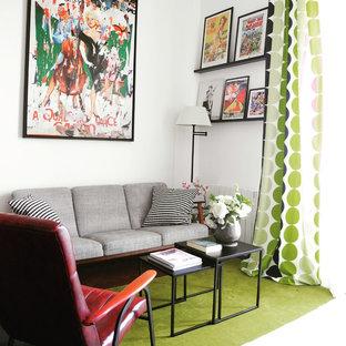 Cette image montre une salle de séjour design ouverte avec un mur blanc.