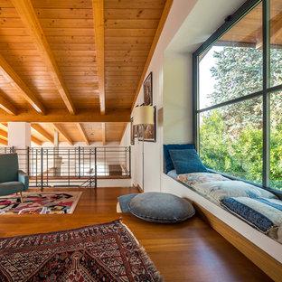 Immagine di un soggiorno rustico stile loft con pareti bianche, pavimento in legno massello medio e nessun camino