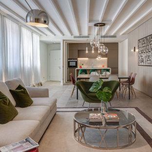 Immagine di un grande soggiorno contemporaneo aperto con pareti bianche, parquet chiaro e pavimento beige