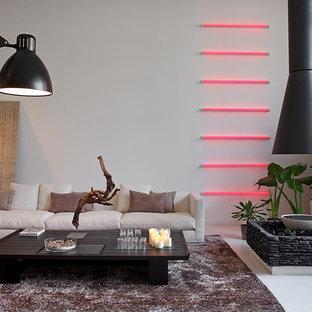 Foto di un soggiorno minimal con pareti bianche, pavimento in gres porcellanato e cornice del camino in pietra