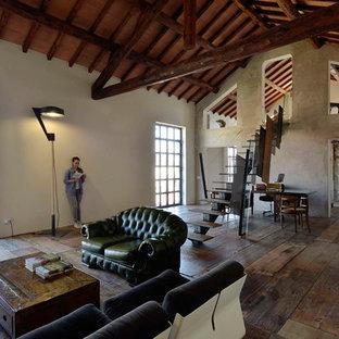 Esempio di un soggiorno industriale aperto con pareti grigie e pavimento in legno massello medio
