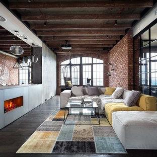 ボローニャのインダストリアルスタイルのおしゃれなファミリールーム (セラミックタイルの床、茶色い床) の写真