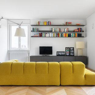 Mittelgroßes, Offenes Modernes Wohnzimmer mit weißer Wandfarbe, freistehendem TV, beigem Boden und hellem Holzboden in Mailand