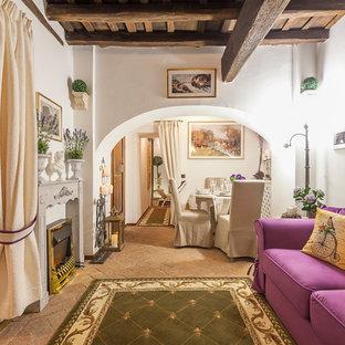 Idées déco pour un salon méditerranéen de taille moyenne et ouvert avec un mur blanc, un sol en brique, un poêle à bois et un manteau de cheminée en bois.