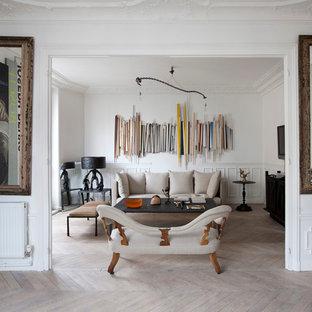 Aménagement d'un grand salon éclectique ouvert avec une salle de réception, un mur blanc, un sol en bois clair, aucun téléviseur et aucune cheminée.